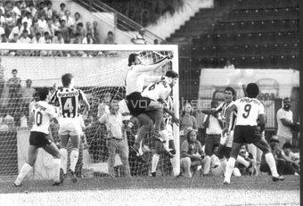 Rodolfo Rodriguez saindo do gol contra o Corinthians.