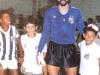 Rodolfo Rodriguez com mascotes santistas (1987).