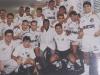 Elenco de 1995 posa no vestiário da Vila Belmiro com a presença do Rei Pelé