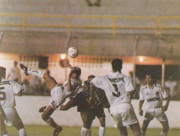 Disputa de bola na área do Peixe na final contra o Corinthians.