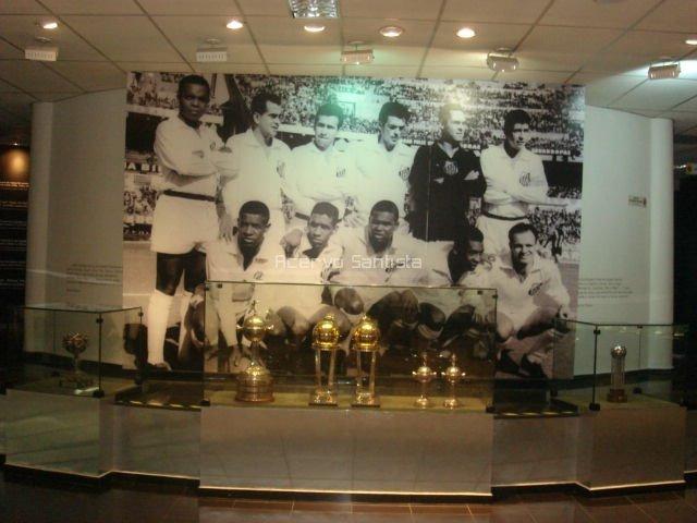 Painel do maior esquadrão de todos os tempos do futebol mundial faz fundo as maiores conquistas internacionais do Santos FC.