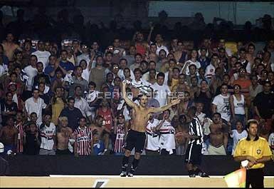 Diego samba no escudo tricolor causando a fúria dos adversários e o delírio da torcida santista