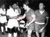 1962-02-09 - Gimnasia y Esgrima 2 x 2 Santos - Hugo Carro troca flamula com o rei Pele